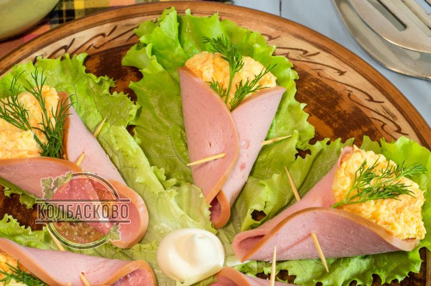выкладываем закуску на листья салата