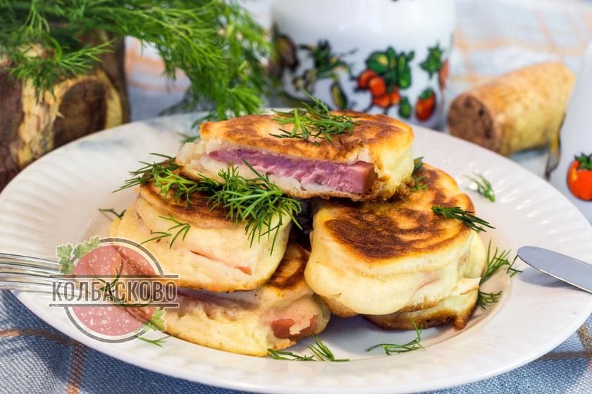 Колбаса в тесте на сковороде, рецепт с фото