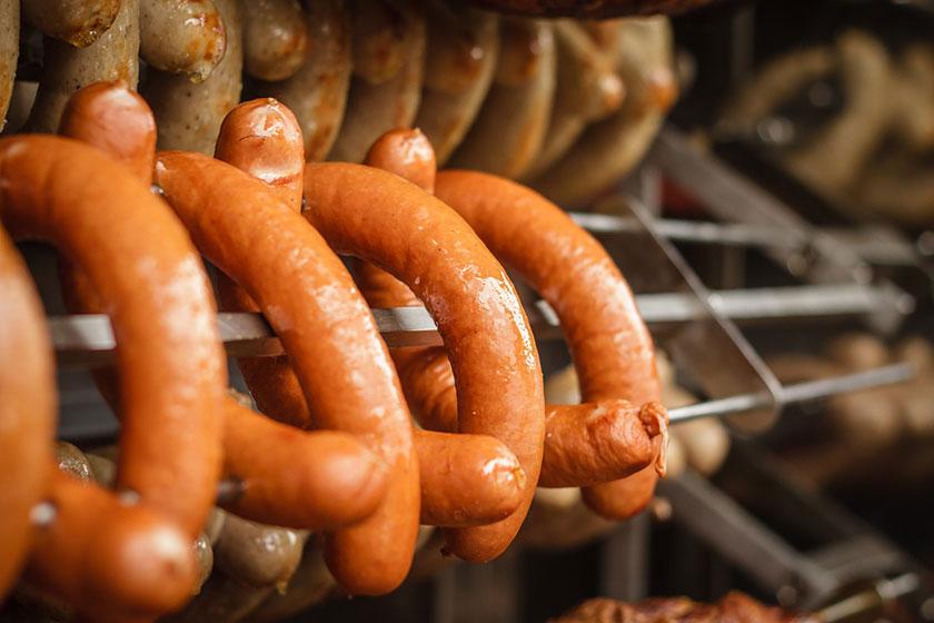 на производстве колбасы
