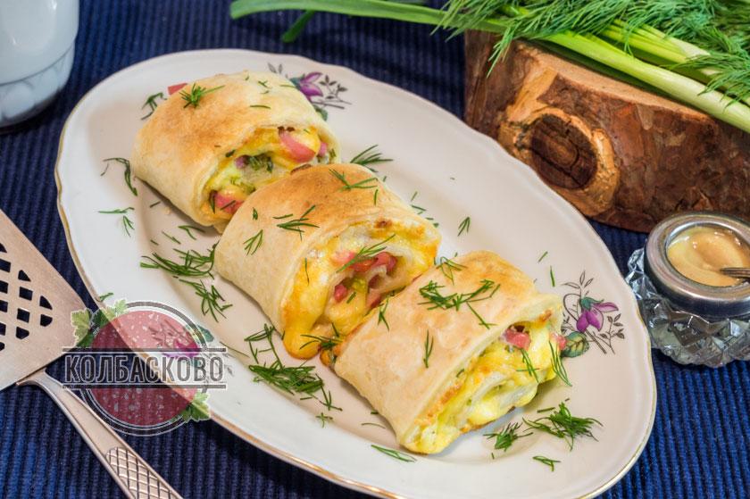 Закуска из слоеного теста с сыром и колбасой