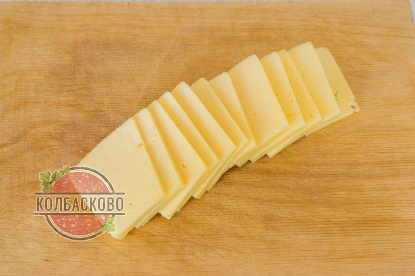 нарезаем ломтиками сыр