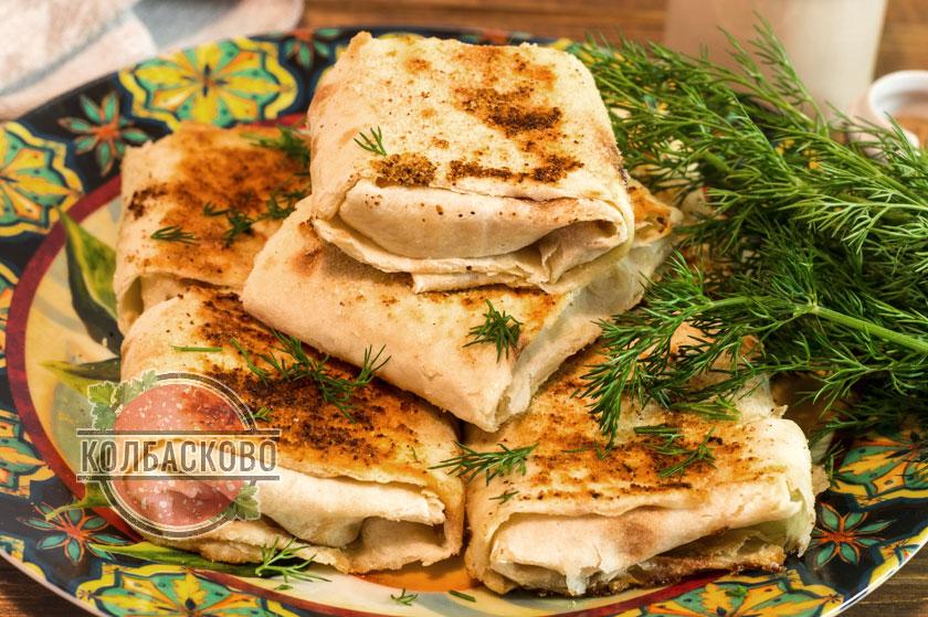 вкуснейшие конвертики из лаваша с сыром и колбасой на сковороде