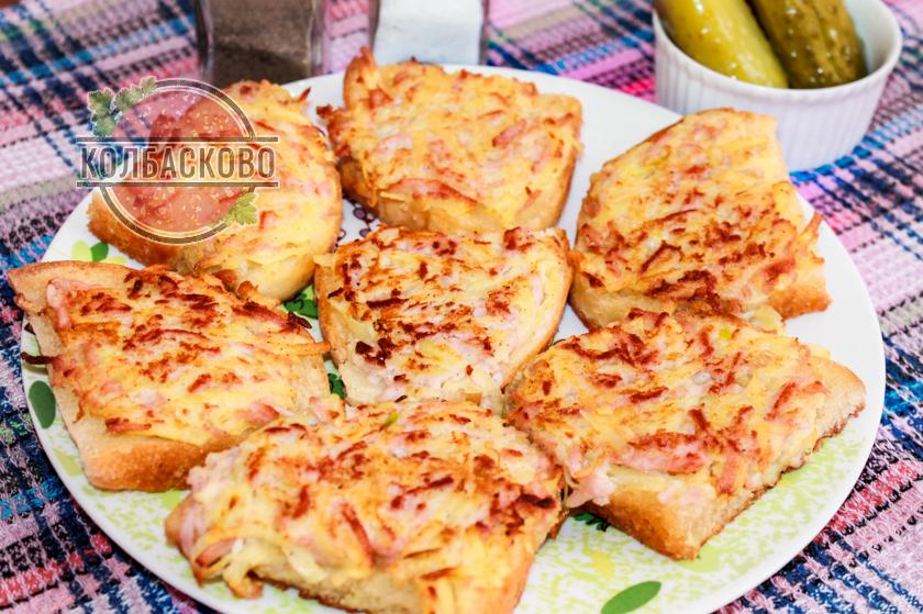 бутерброды с картошкой и колбасой на сковороде