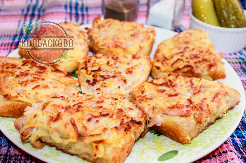 горячие бутерброды с сырой картошкой на сковороде
