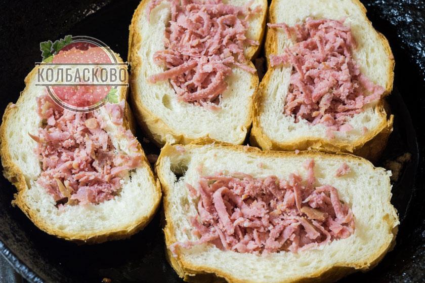 выкладываем колбасу в хлеб