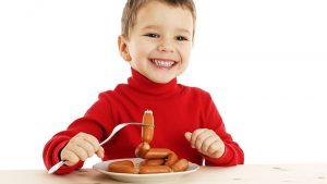 ребенок и сосиски